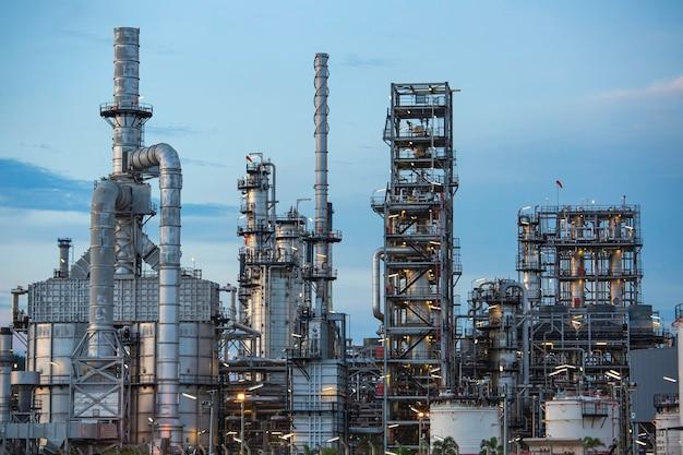 Impianto petrolifero e colonna della torre dell'industria petrolchimica