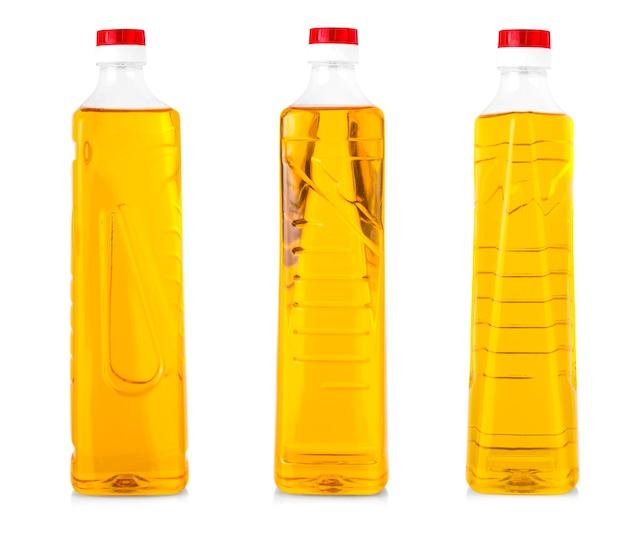 Olio in bottiglia di plastica isolato su sfondo bianco.
