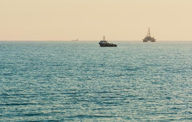 Piattaforma petrolifera in mare