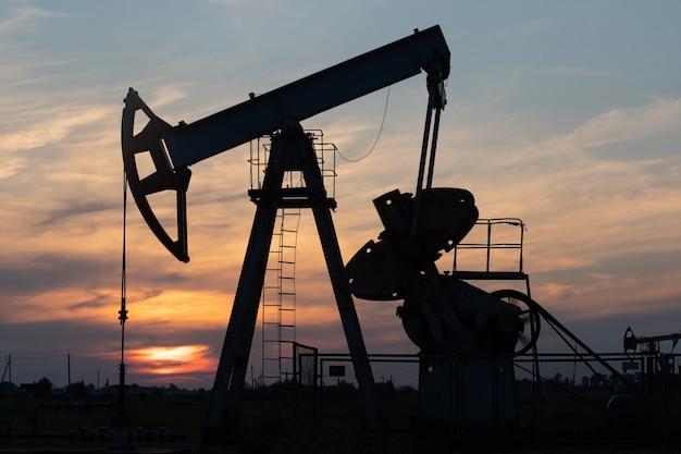 Pompa dell'olio sul tramonto arancione