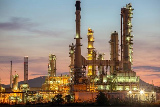 Impianto industriale di raffineria di petrolio di notte