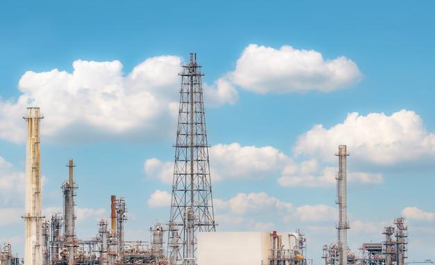 Raffineria di petrolio o impianto di raffineria di petrolio con industria energetica ed energetica di sfondo blu