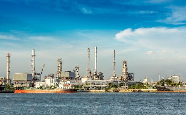 La raffineria di petrolio in riva al fiume durante il giorno