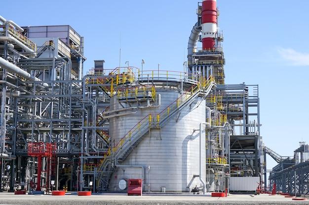 Raffineria di petrolio in russia. attrezzature e complessi per la lavorazione degli idrocarburi.