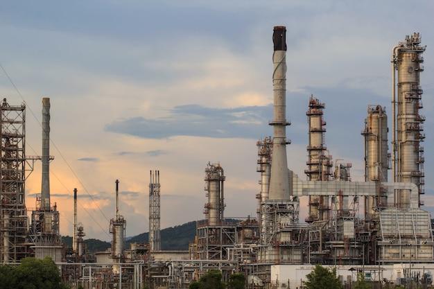 Raffineria di petrolio al crepuscolo con lo sfondo del cielo.