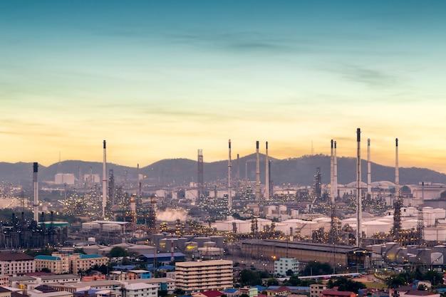 Raffineria di petrolio con tubo e serbatoio dell'olio lungo il cielo al crepuscolo al distretto di si racha, provincia di rayong, thailandia