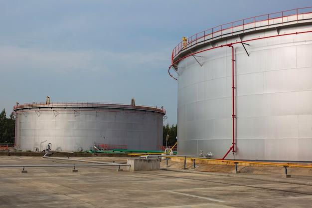 Serbatoio di stoccaggio dell'olio grande con conduttura dell'impianto di raffineria di petrolio