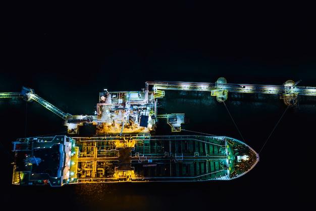 Caricamento della petroliera nella stazione petrolifera importazione ed esportazione logistica attività di trasporto