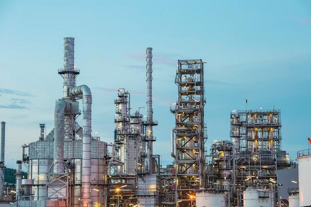 Raffineria di petrolio†e†impianto e torre colonna dell'industria petrolchimica in petrolio†e gas†â€industriale con†nuvola rosso â€cielo al mattino