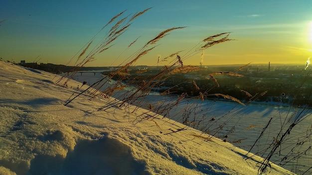 Riva del fiume oka in inverno