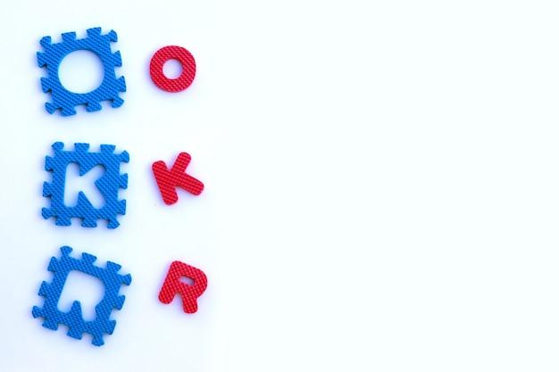 Alfabeti di puzzle okr su bianco.