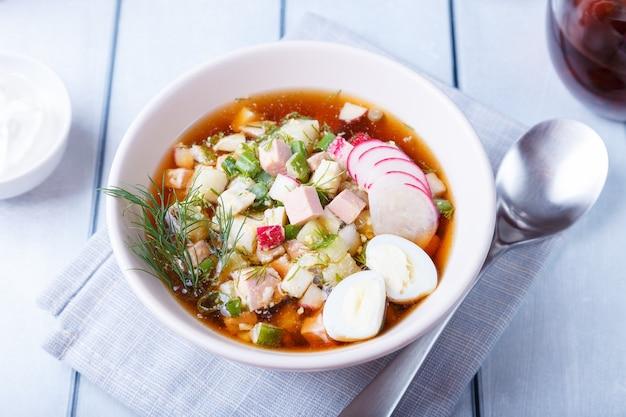 Okroshka con kvas e salsiccia. zuppa russa fredda classica tradizionale. avvicinamento.