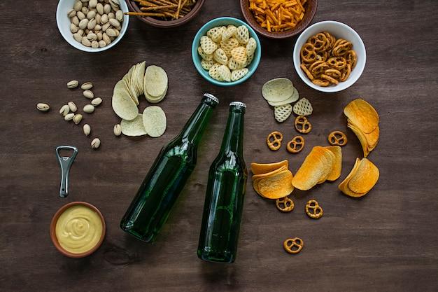 Birra dell'oktoberfest con salatini e vari tipi di snack salati.