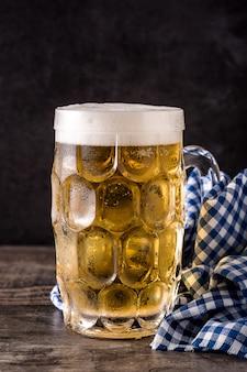 Birra di oktoberfest con salatini sulla tavola di legno