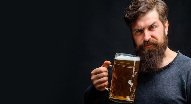 Celebrazione dell'oktoberfest. elegante uomo barbuto con boccale di birra artigianale. bevande, alcol, tempo libero, concetto di persone.