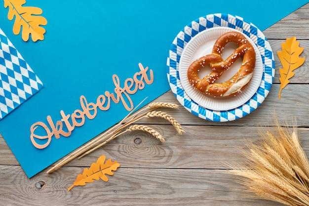Oktoberfest, piatto giaceva sul tavolo di legno rustico con salatini e decorazioni autunnali