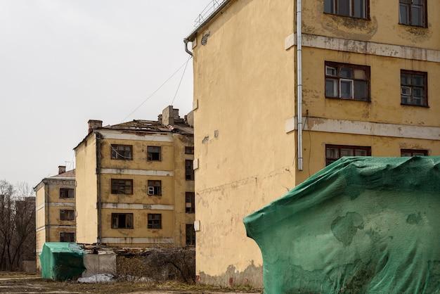 I vecchi condomini abbandonati vengono preparati per la demolizione