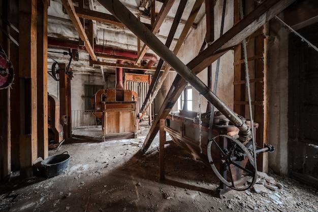 Vecchio mulino abbandonato con macchinario dentro