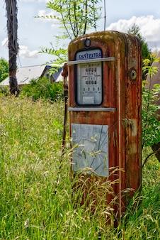 Vecchia pompa di benzina abbandonata