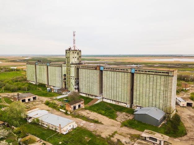 Vecchio elevatore del grano abbandonato. costruzione di complesso industriale destinato al ricevimento, preparazione, stoccaggio e spedizione del grano