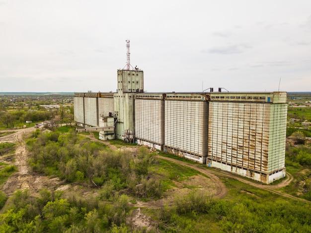 Vecchio edificio abbandonato dell'elevatore del grano del complesso industriale