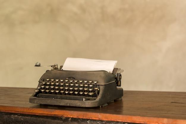 Vecchia macchina da scrivere antiquata di retro stile del giornalista pensionato