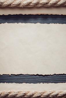 Vecchia carta invecchiata su fondo in legno