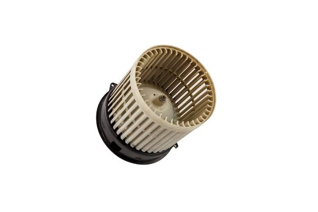 Vecchio motore del ventilatore dell'automobile isolato su priorità bassa bianca. vecchio motore del ventilatore sporco dell'aeratore dell'automobile isolato salva con tracciato di ritaglio