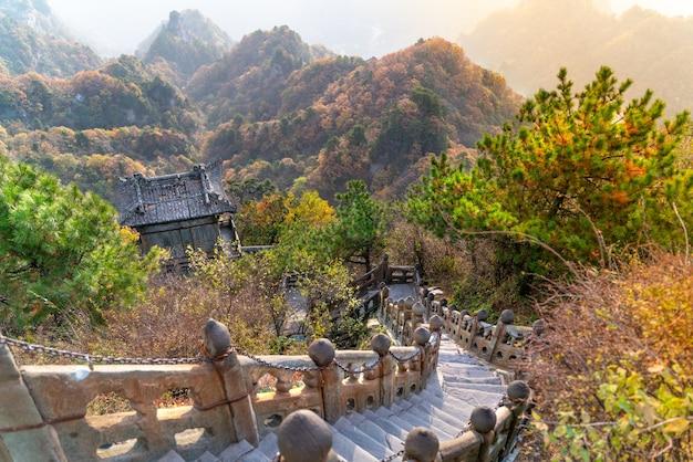 Il vecchio tempio buddista antico nelle montagne cinesi