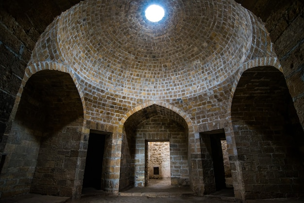 Vecchie antiche mura di un tempio abbandonato in pietra