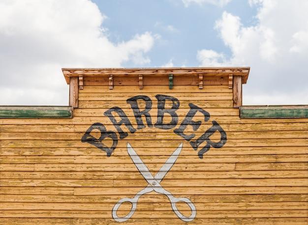 Vecchia insegna del barbiere su un edificio abbandonato