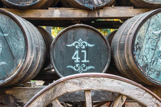 Vecchi barili di birra sul carretto del cavallo.
