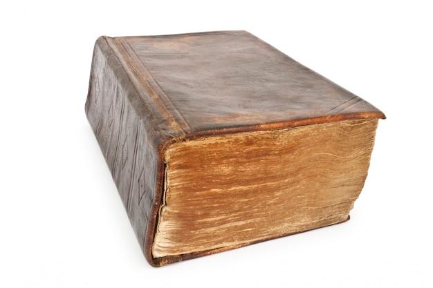 Vecchia bibbia di 19 secoli isolata su bianco