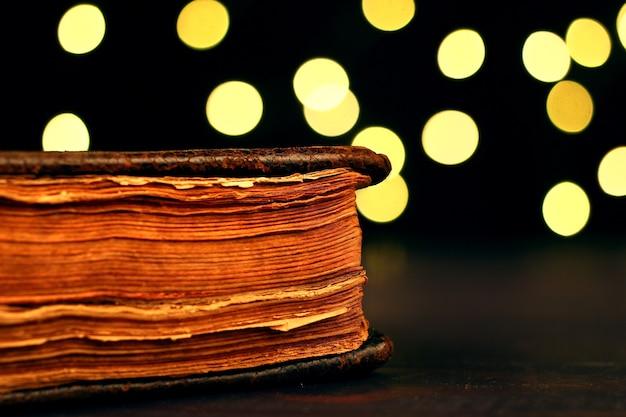 Il vecchio primo piano della bibbia con luci bokeh