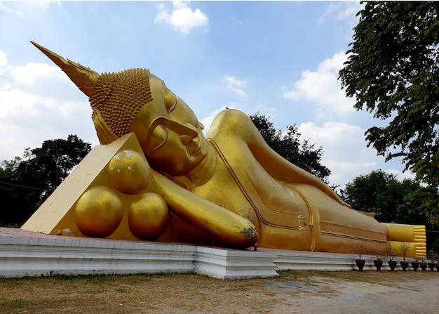 Vecchia grande statua del buddha reclinato al wat aranyikawat ratchaburi thailand