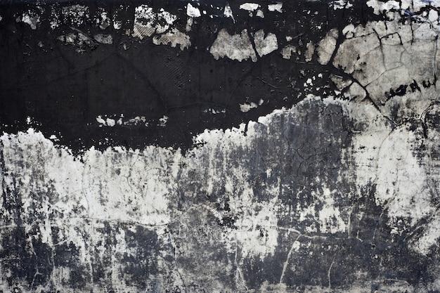 Vecchia trama di vernice nera che si staccava dal muro di cemento per uno sfondo a tema scuro