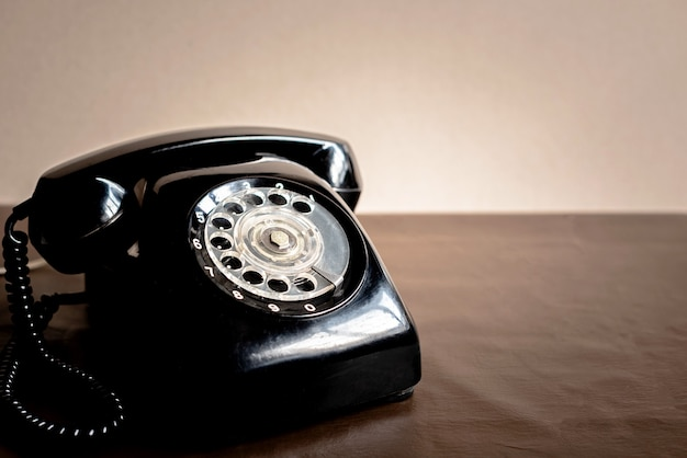 Vecchio telefono nero su similpelle marrone. il telefono obsoleto può essere usato, oggetto d'antiquariato