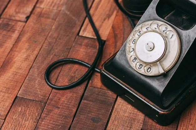 Vecchio telefono nero sul pavimento