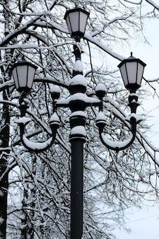 Vecchia lampada invernale in ferro battuto nero