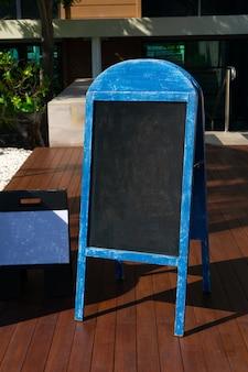 Modello di mockup di segno menu lavagna vecchio blu per la progettazione del ristorante
