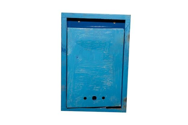 Vecchia cassetta postale blu isolata su sfondo bianco