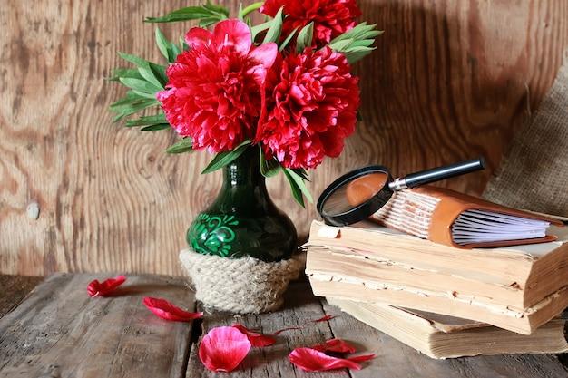 Vecchio libro di fiori su un tavolo di legno