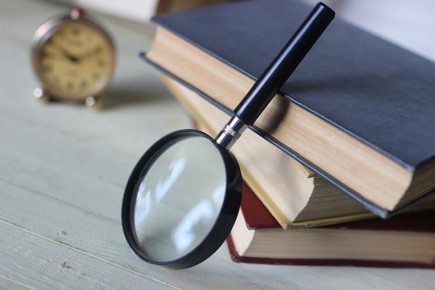 Vecchia lente da libro