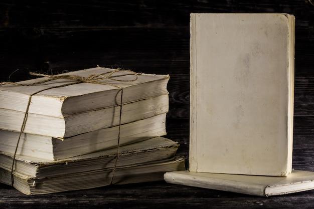 Vecchio libro su fondo in legno.