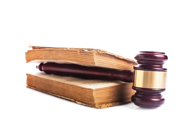 Vecchio libro e martelletto di legno - concetto di jastice