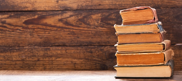 Vecchio libro su uno scaffale di legno