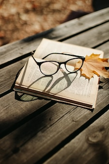 Vecchio libro su un tavolo di legno