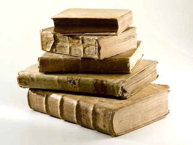 Vecchi libri su sfondo bianco