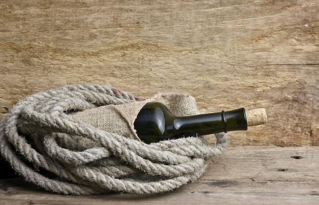 Vecchia bottiglia di vino sul tavolo