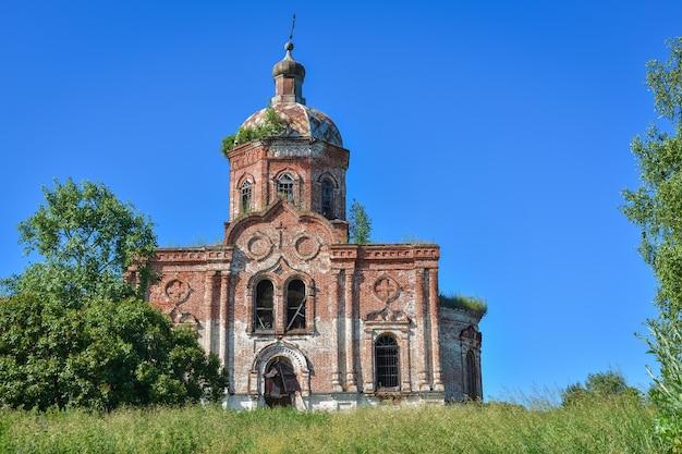 Vecchia chiesa ortodossa abbandonata del mattone della chiesa della trinità. chiesa della trinità abbandonata nel villaggio di zasechnoye. chiesa abbandonata in mattoni rossi nella boscaglia, tempio abbandonato nel campo